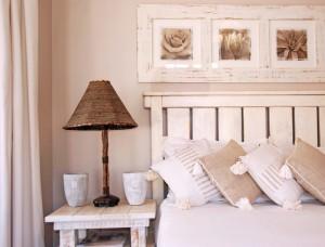 Witte, lichte meubels passen het best in een landelijke slaapkamer. Je ...