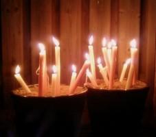 Kaarsen in emmers