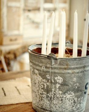 Kaarsen in zinken emmer